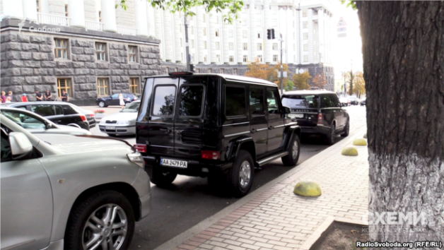 Cars used by MPs Yechen Heller and Andrii Ivanchuk are parked where it is prohibited to leave vehicles.