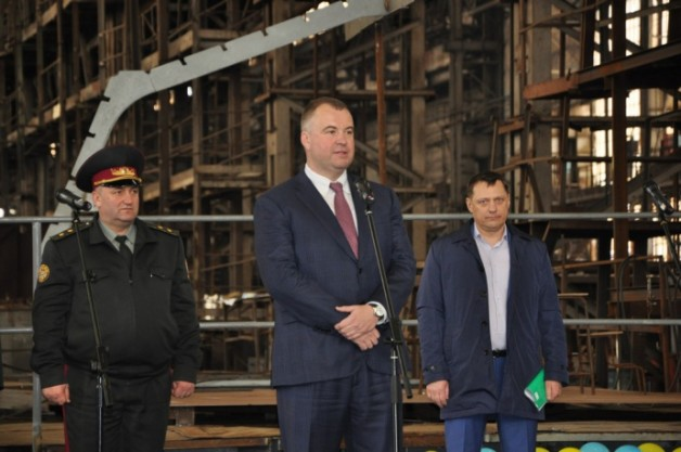 President's business-partner Oleg Hladkovkyi (center) controls the defense and industrial sector. MIL.GOV.UA