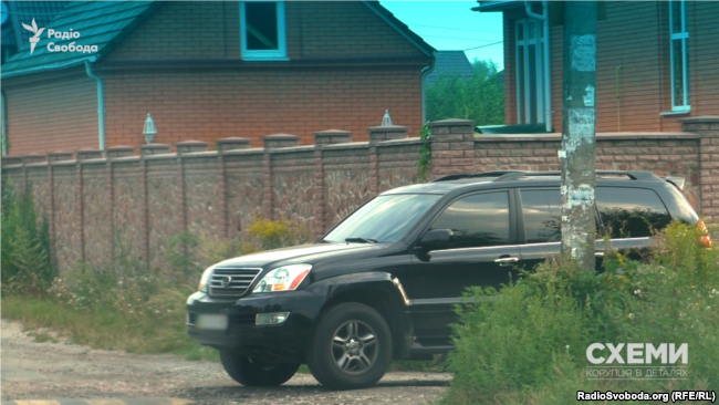 The video crew recorded several times how Omelchuk was leaving this very house in the morning going to work.