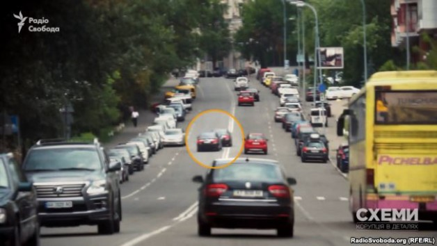 The motorcade used by Yurii Lutsenko, Prosecutor General, drives into the oncoming lane.