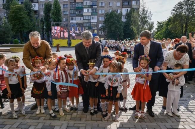 Zhebrivskiy, Poroshenko and Gerasimov are cutting the ribbon in Pokrovsk