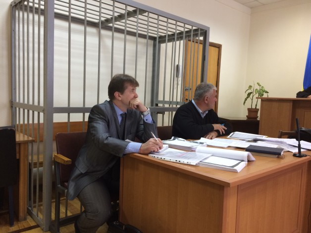 Ex-official of the State Service of Exports Control Serhiy Golovatiy with his attorney Andriy Kovez during the court hearings on 31 August 2017. Photo: Andriy Savin